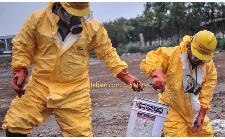 穿杜邦TychemC化学防护服处理废弃化学品