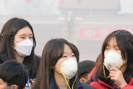 街上戴着防雾霾口罩的美女