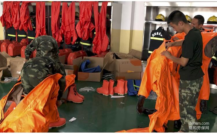 穿戴杜邦Tychem6000FR气密阻燃防化服参与演习